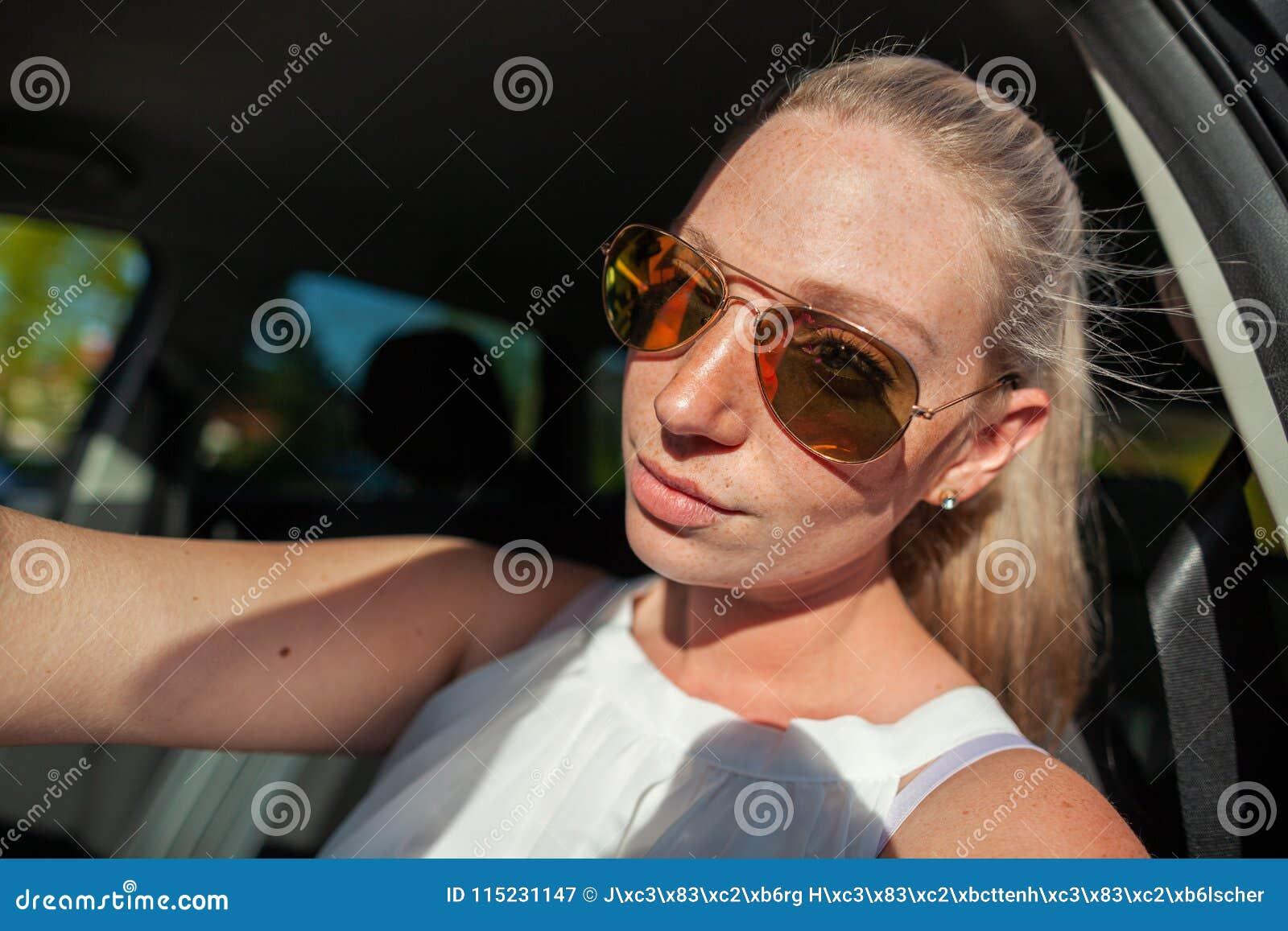 有太阳镜的妇女在汽车