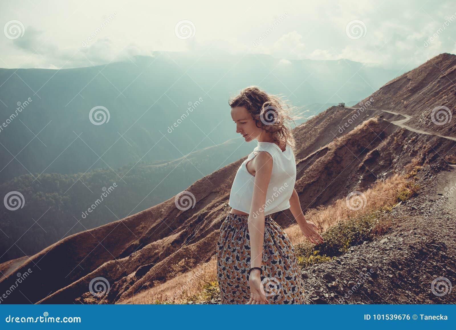 有头发风的浪漫自由的少妇享受与自然和新鲜空气的和谐 给蒲公英领域开花的长发头脑和平松弛白人妇女年轻人穿衣 愉快的平静的女孩,启发