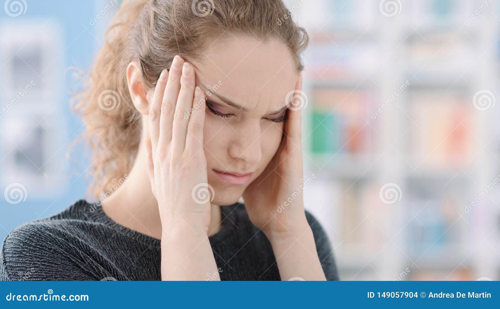 有头疼的年轻女人