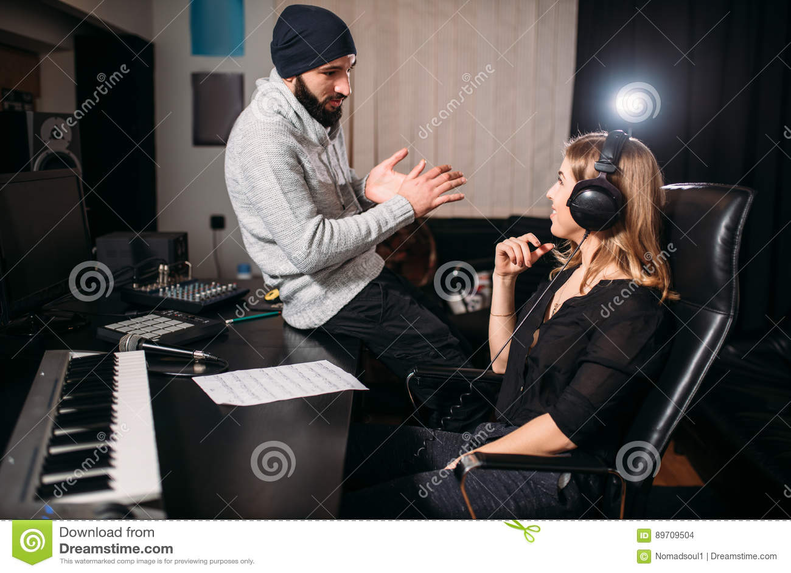 有女歌手的合理的生产商在音乐演播室