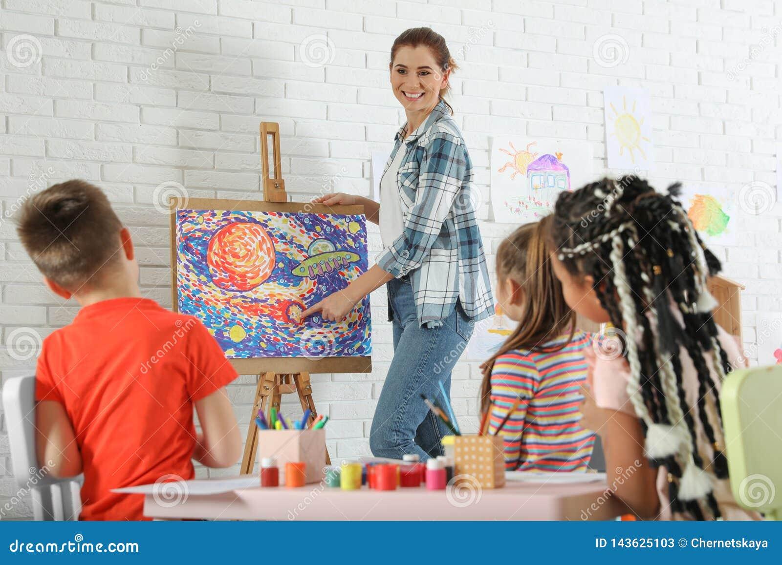 有女老师的孩子绘的教训的