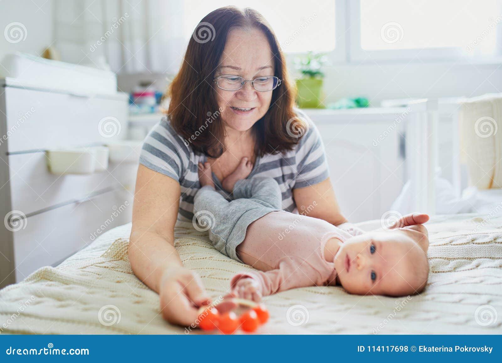 有她可爱的新出生的孙女的祖母
