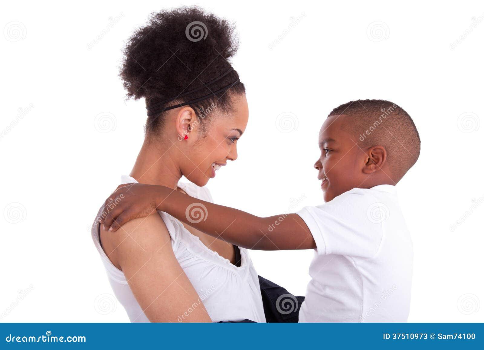 有她的儿子的年轻非裔美国人的单亲母亲-黑人