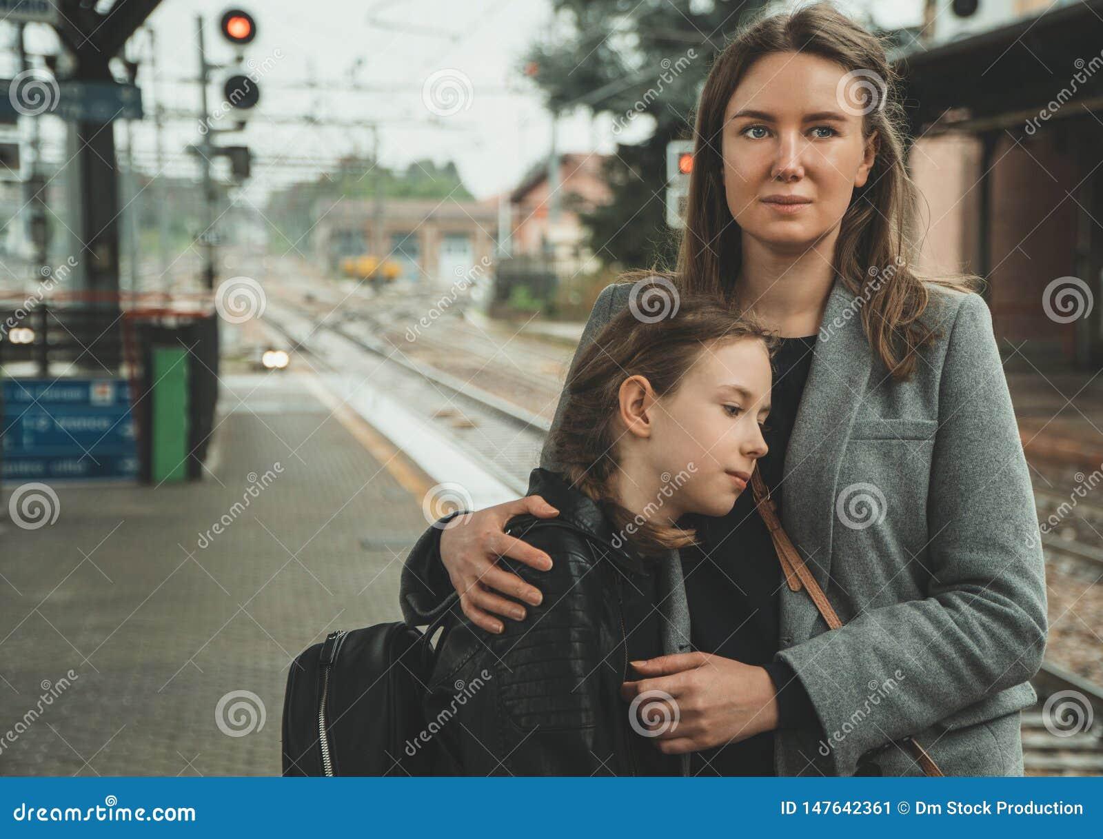有她的女儿的妇女火车站的