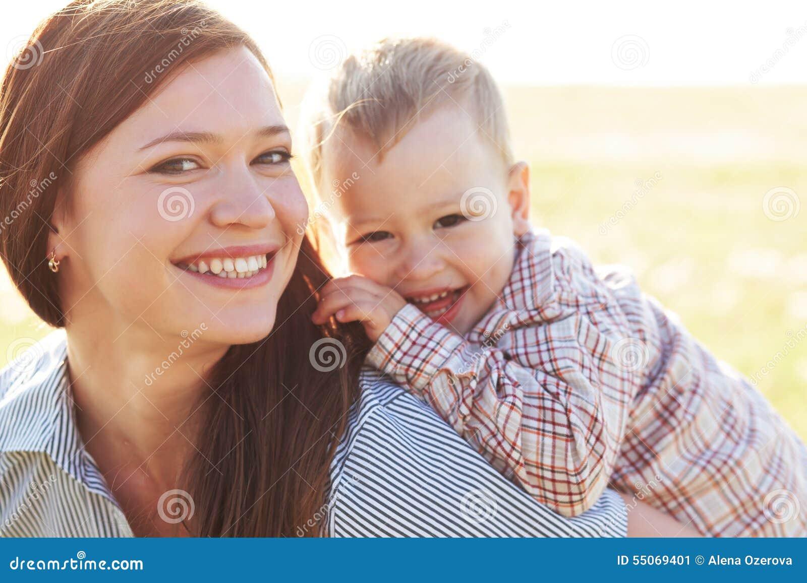 有她的孩子的母亲在阳光下