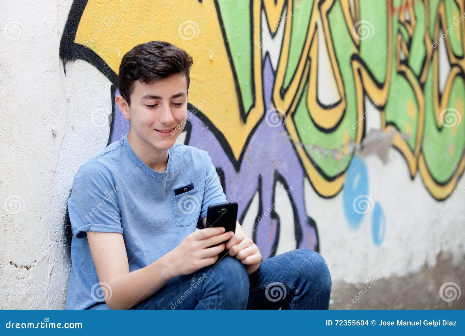 有她的手机的年轻少年
