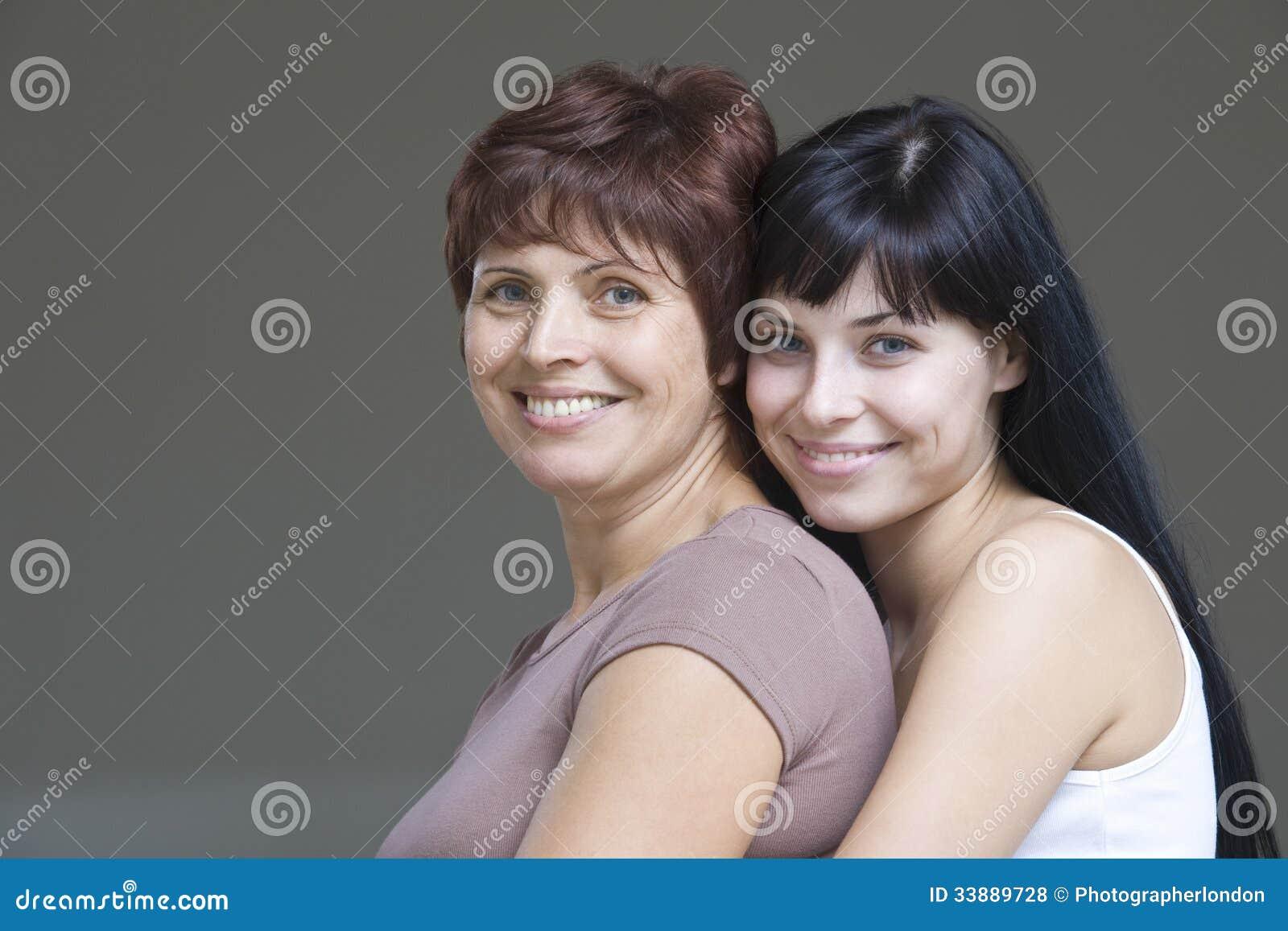 有她的母亲的微笑的少妇
