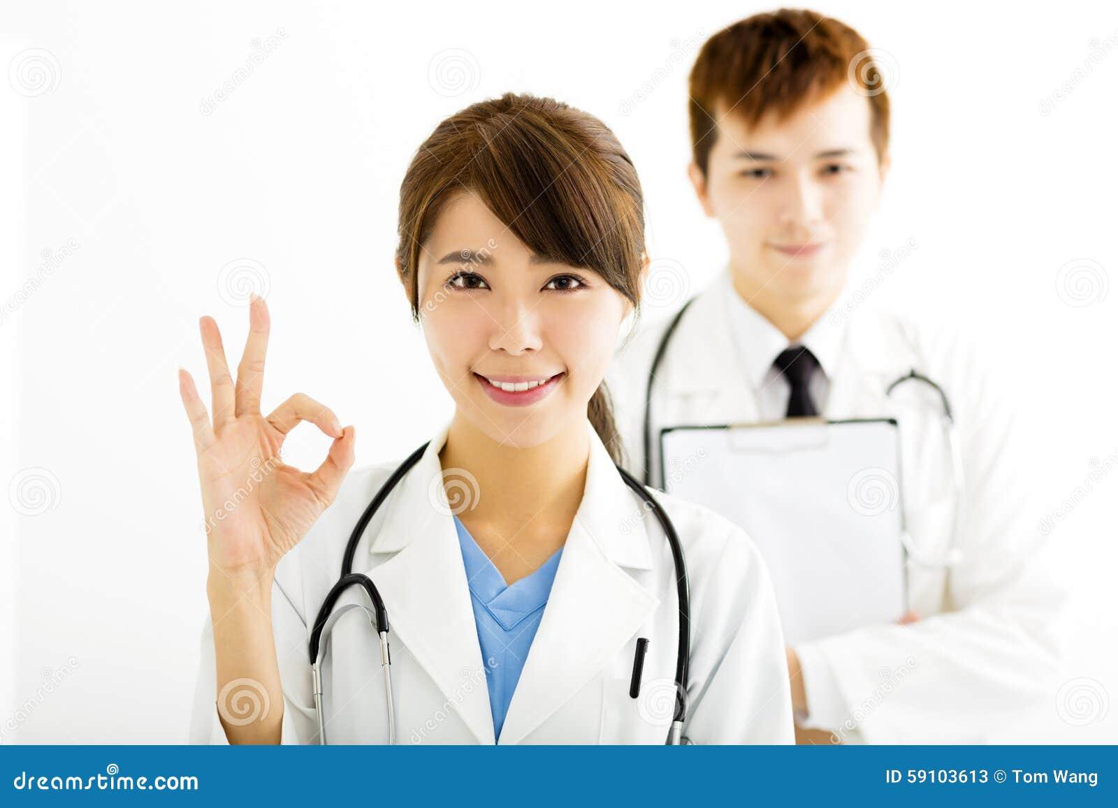 有好姿态的微笑的女性医生
