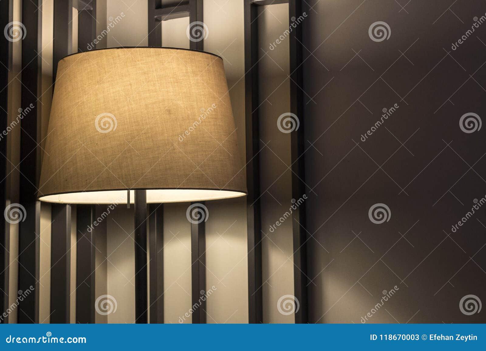 有好闪电的一盏落地灯