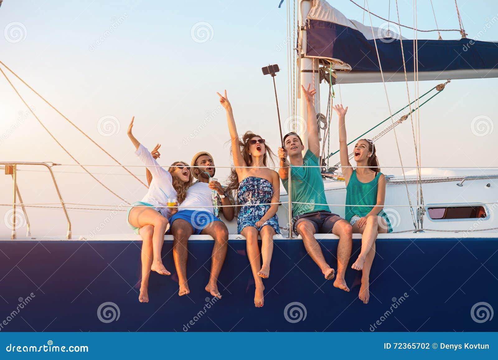 有妇女的人游艇的
