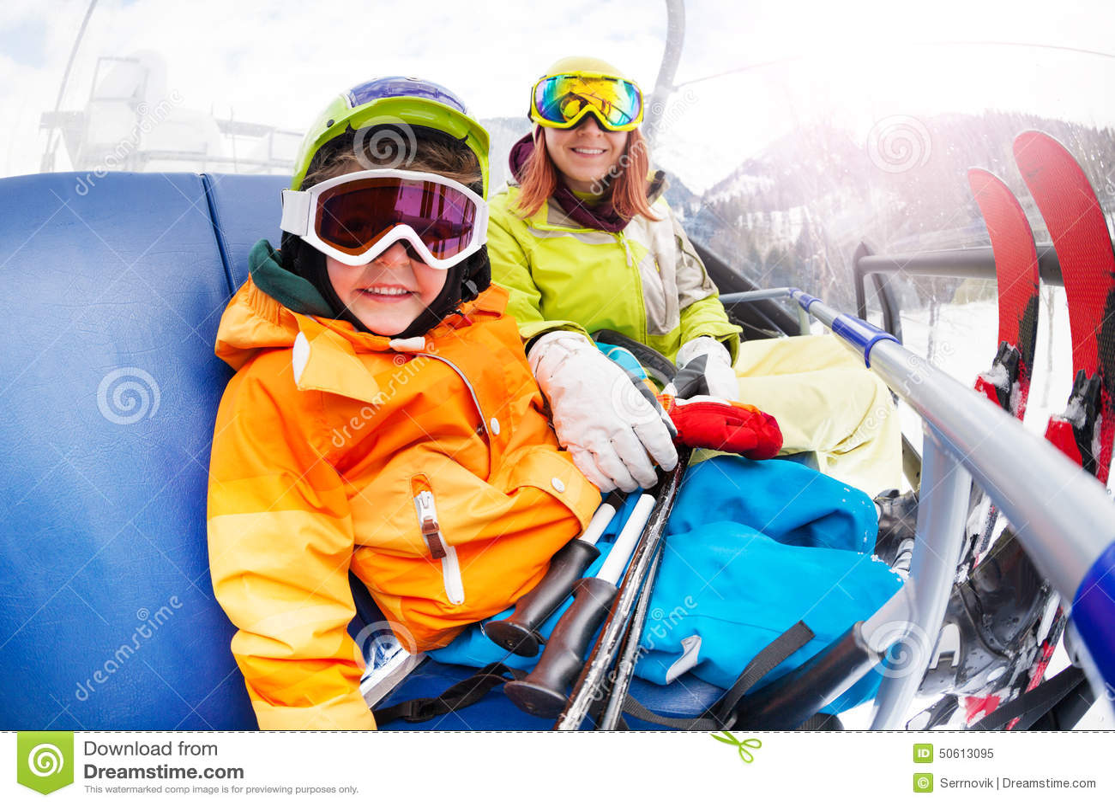 有妈妈的,山滑雪升降椅愉快的小男孩