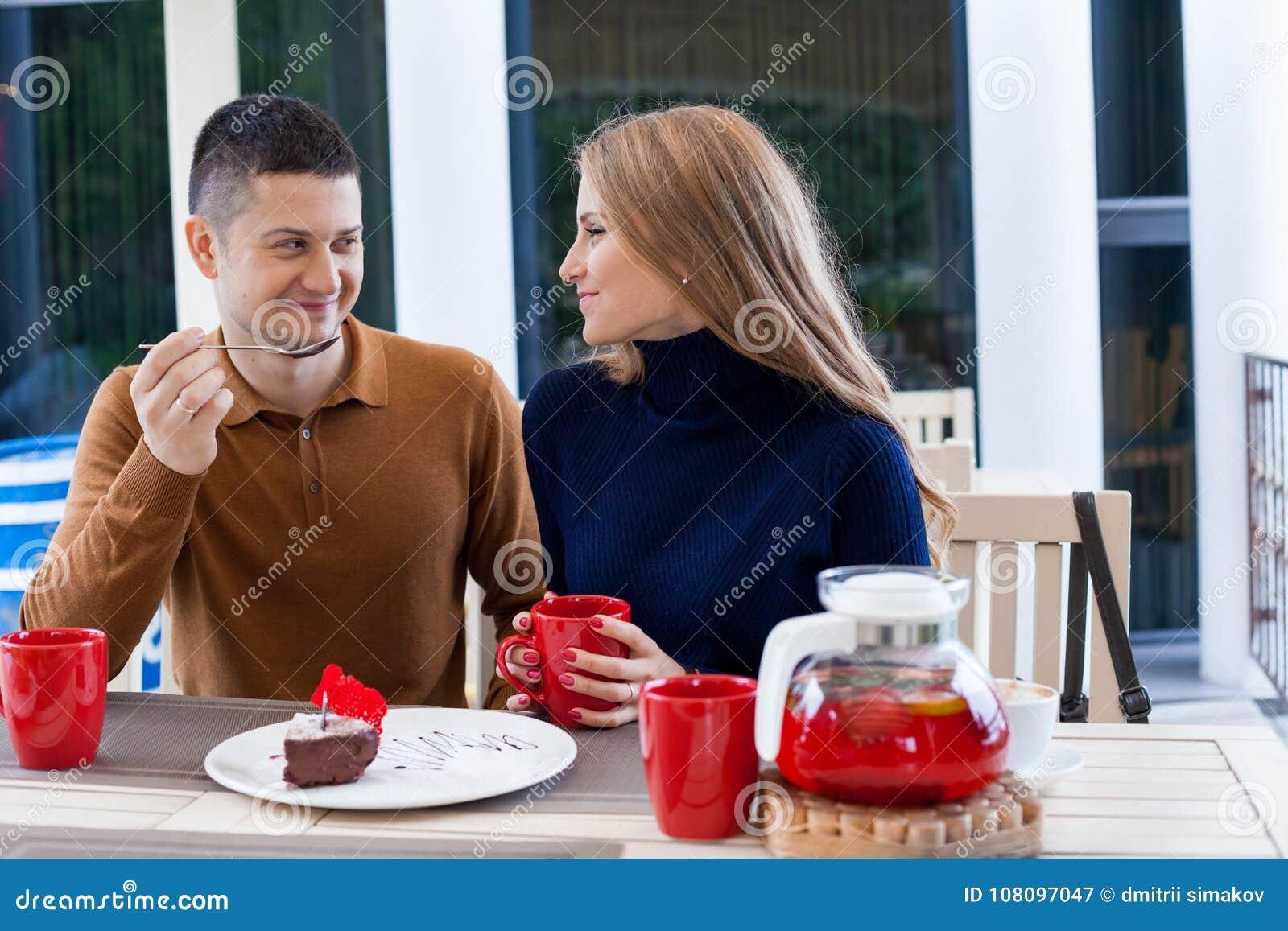 有妻子的丈夫假日饮料热的咖啡和茶的