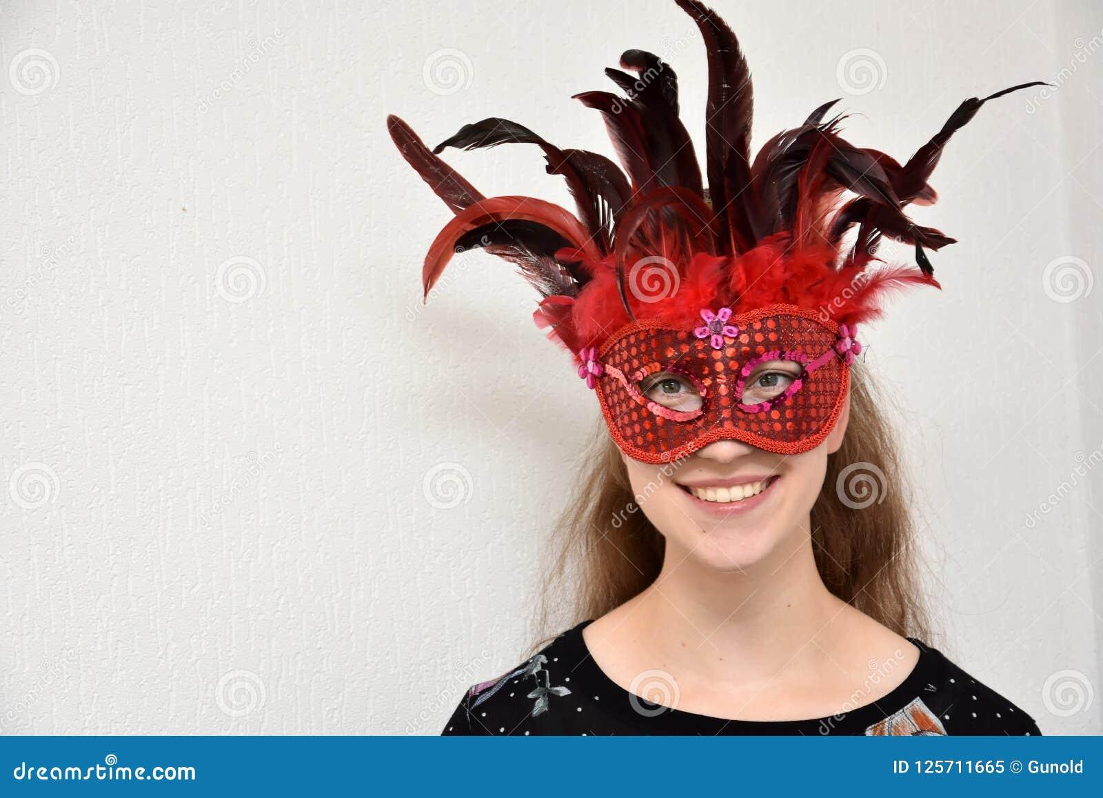 有威尼斯式羽毛面具的快乐的女孩