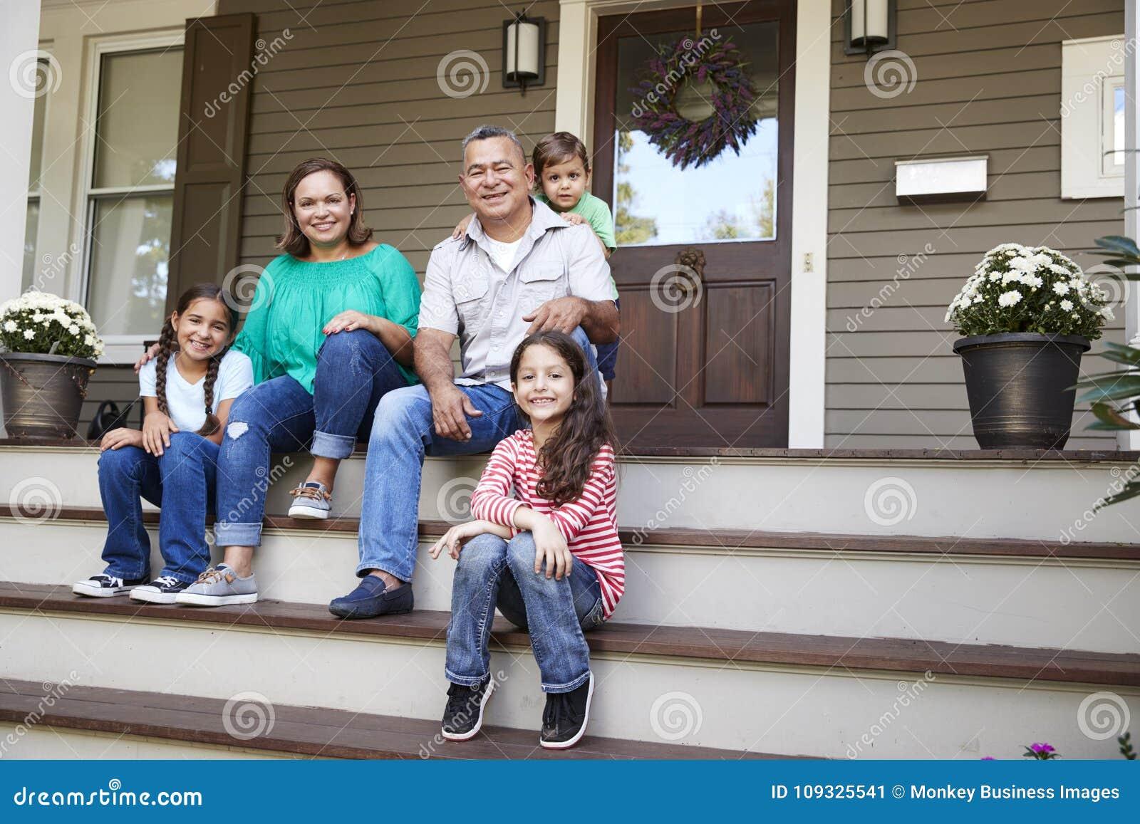 有孙的祖父母坐导致对家的步