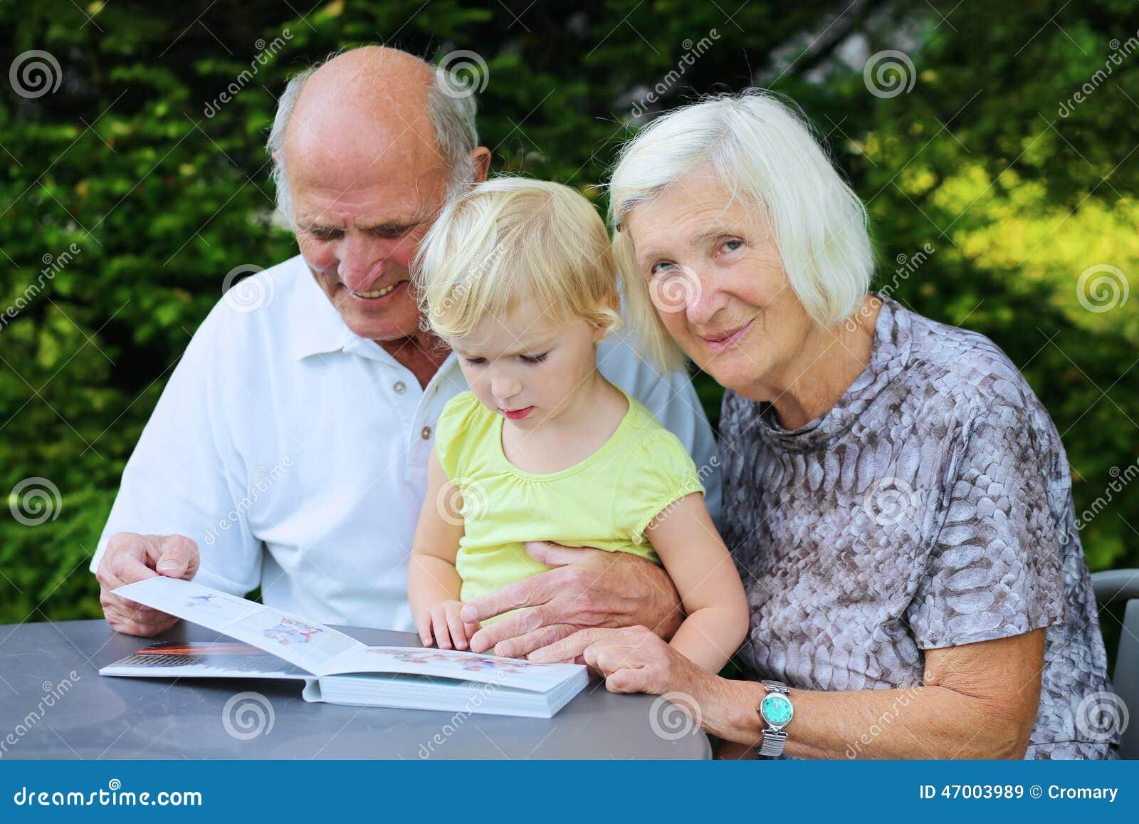 有孙观看的象册的祖父母