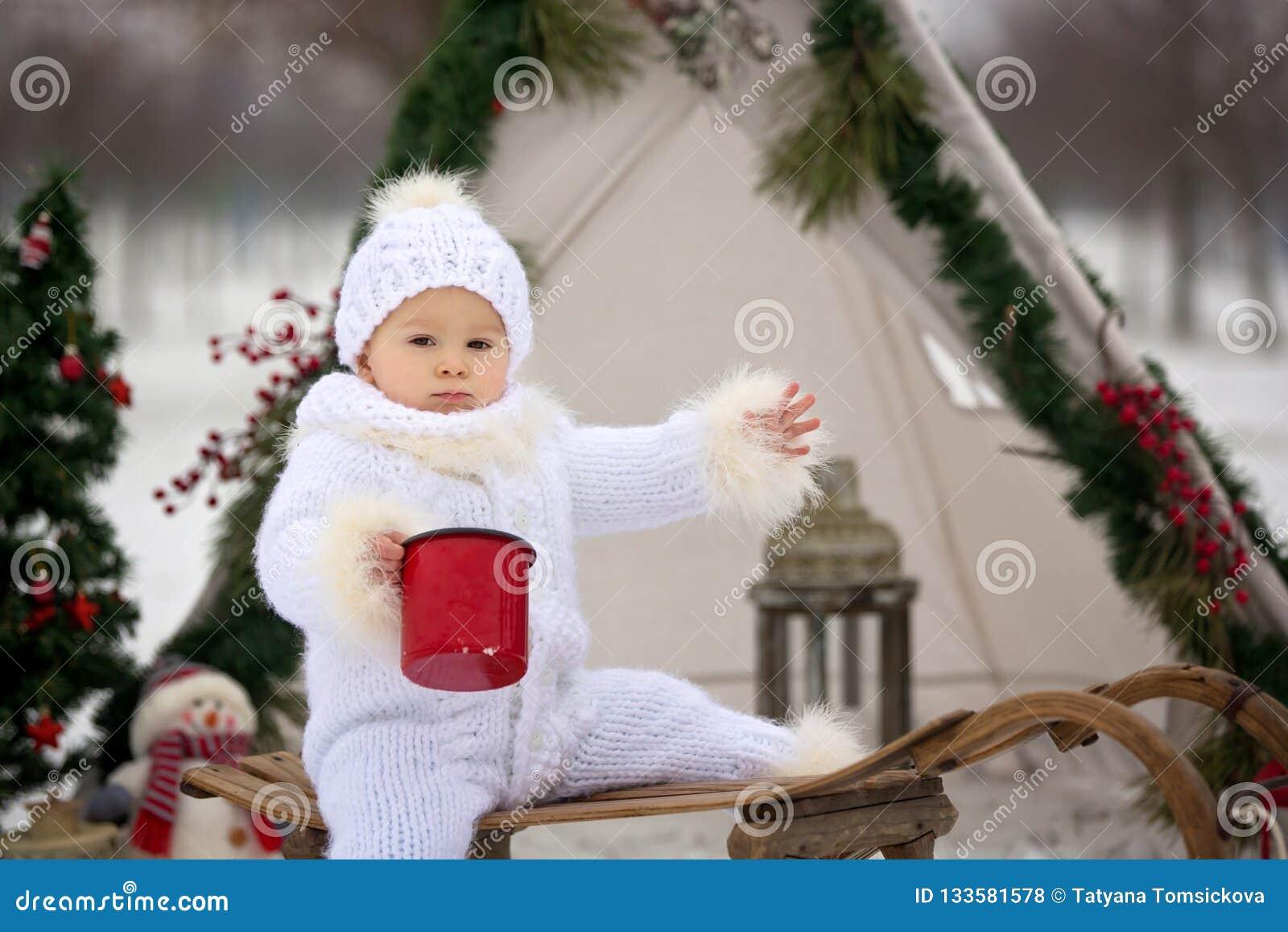 有孩子的幸福家庭,获得室外的乐趣在基督的雪