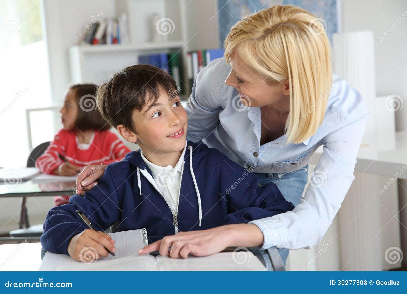 有孩子的老师在教室