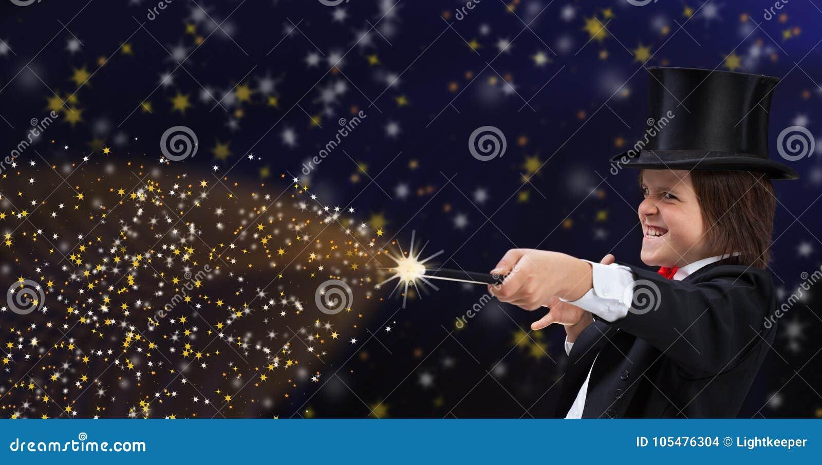 有安全帽的魔术师男孩指向与不可思议的鞭子的拷贝空间的