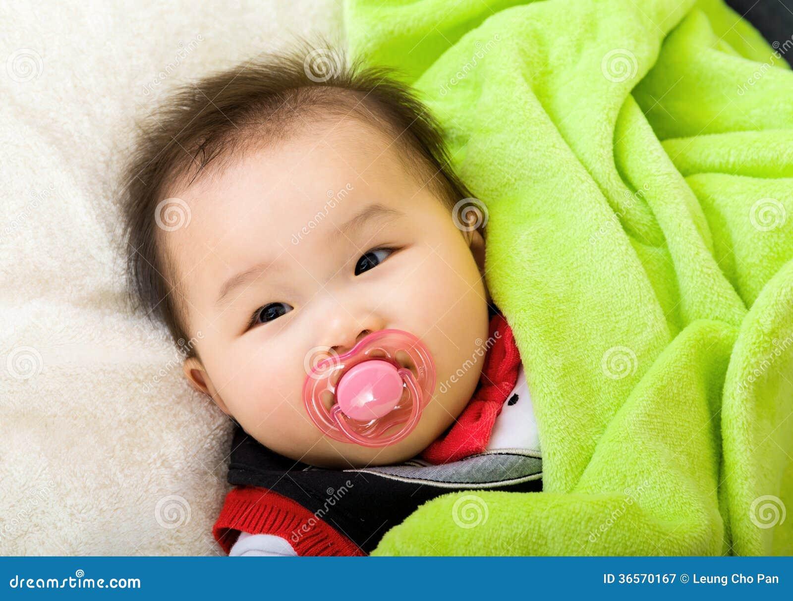 有安慰者的亚裔婴孩