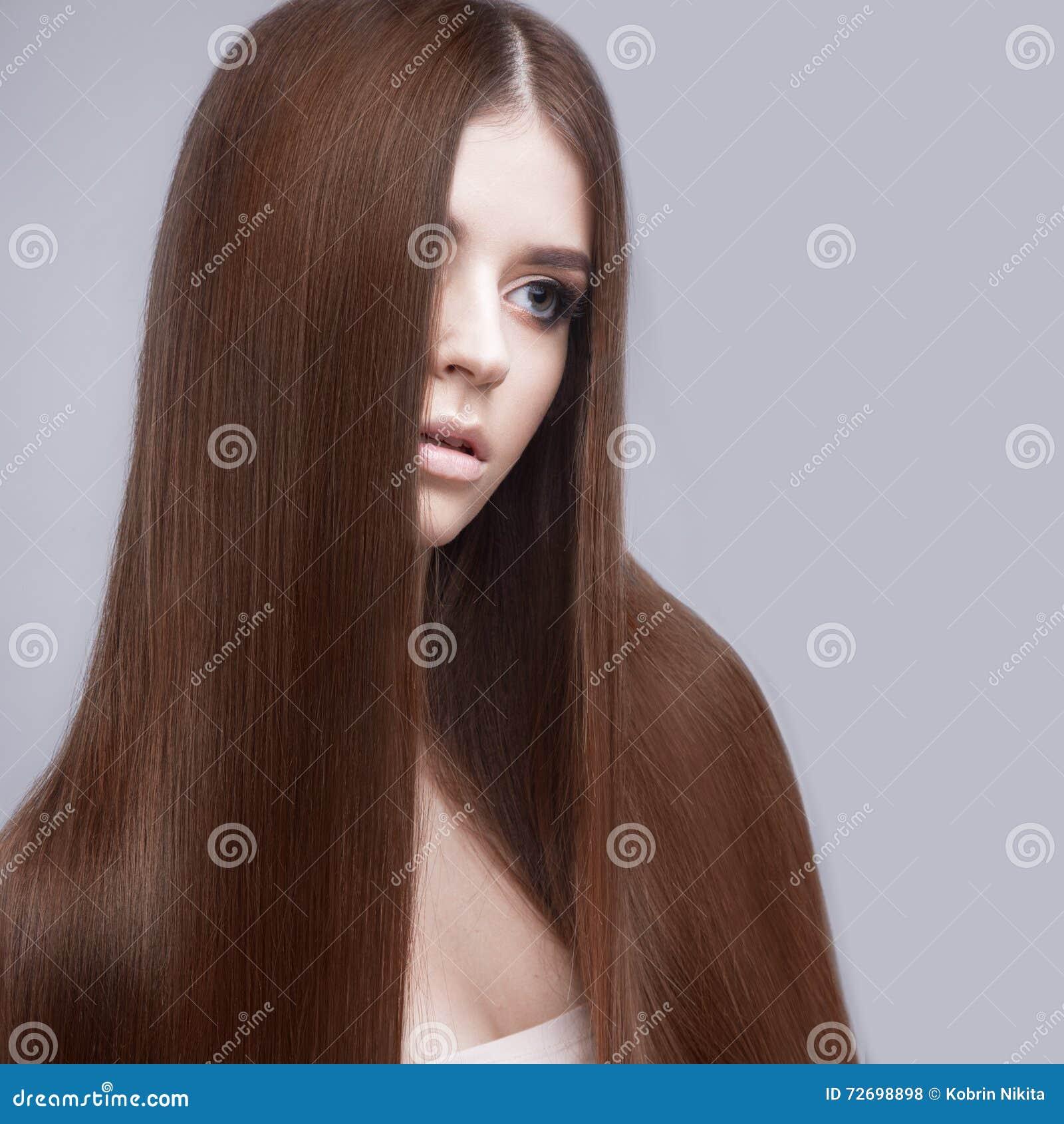 有完全光滑的头发和经典构成的美丽的深色的女孩 秀丽表面
