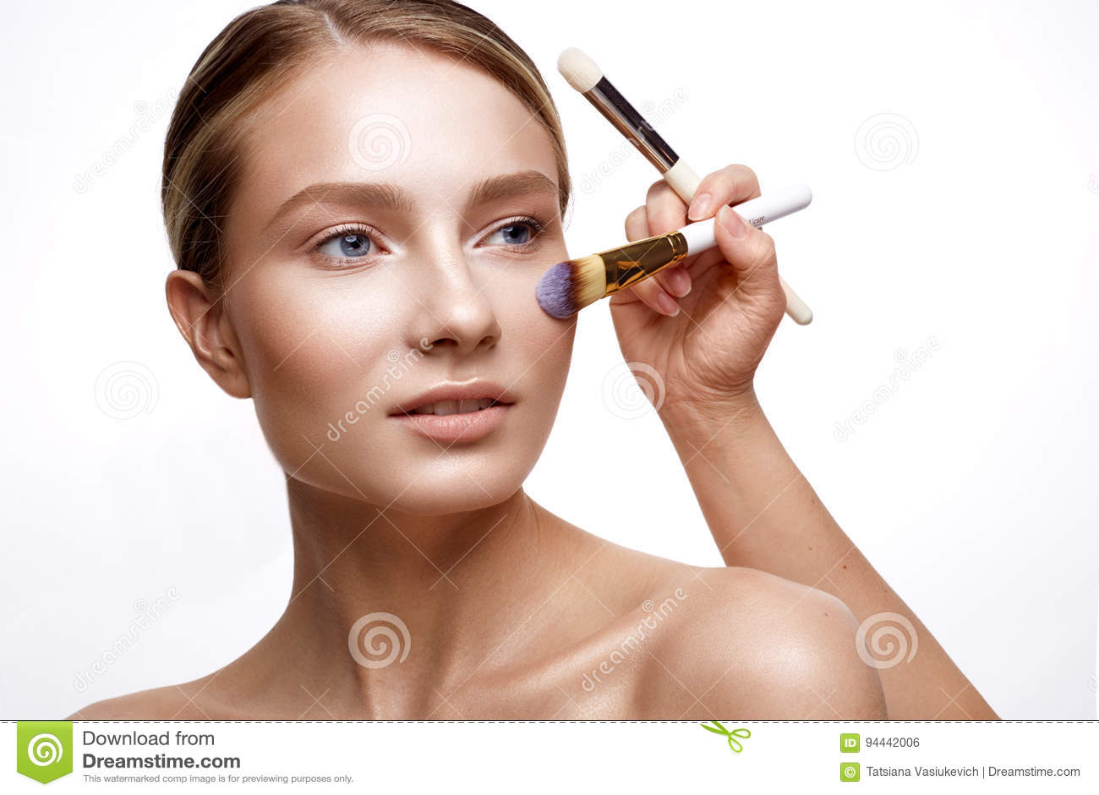 有完善的光亮的皮肤和裸体构成的女孩 与基础的一个美好的化妆做法的模型和刷子 Cle