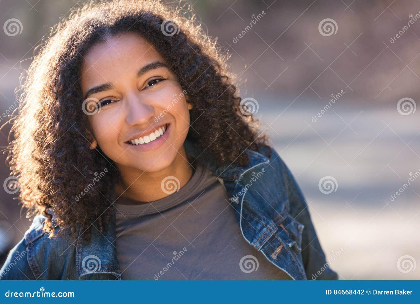 有完善的牙的混合的族种非裔美国人的女孩少年
