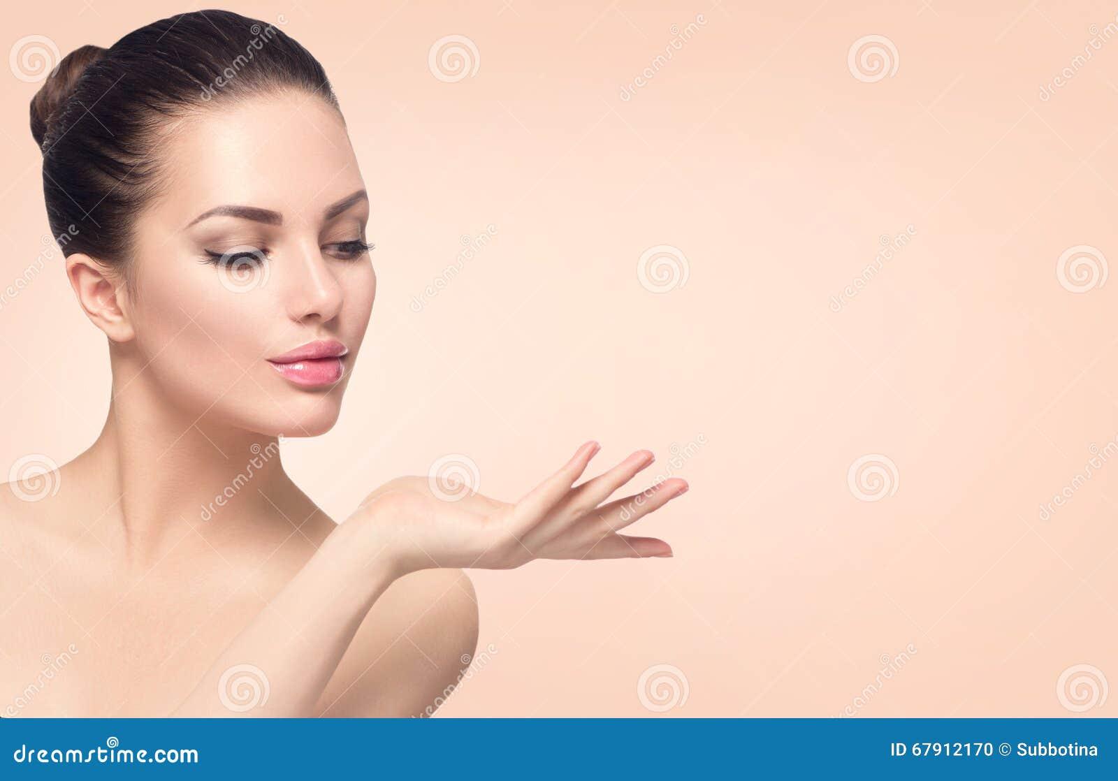 有完善的皮肤的温泉妇女