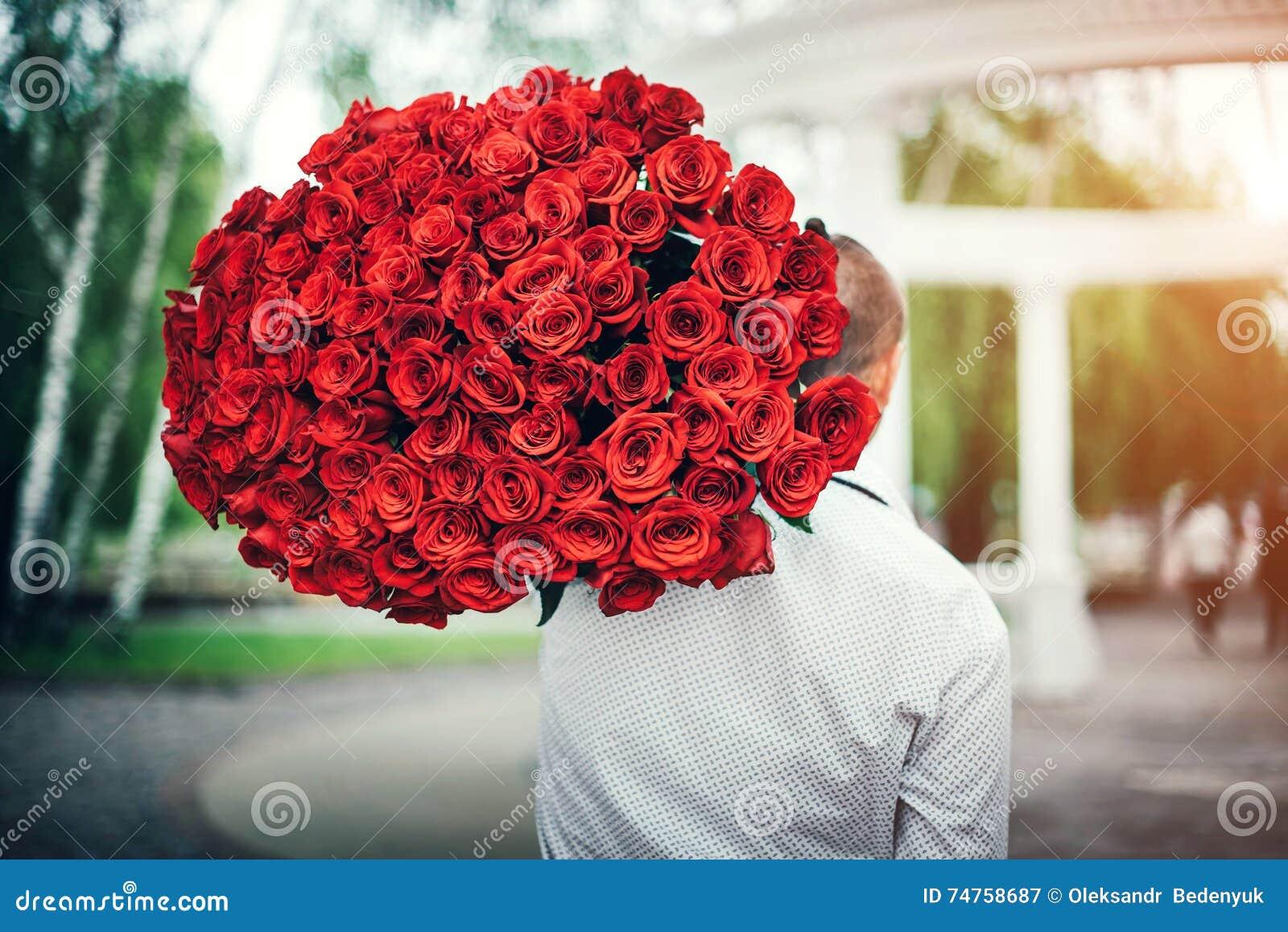 有室外的玫瑰大花束的人