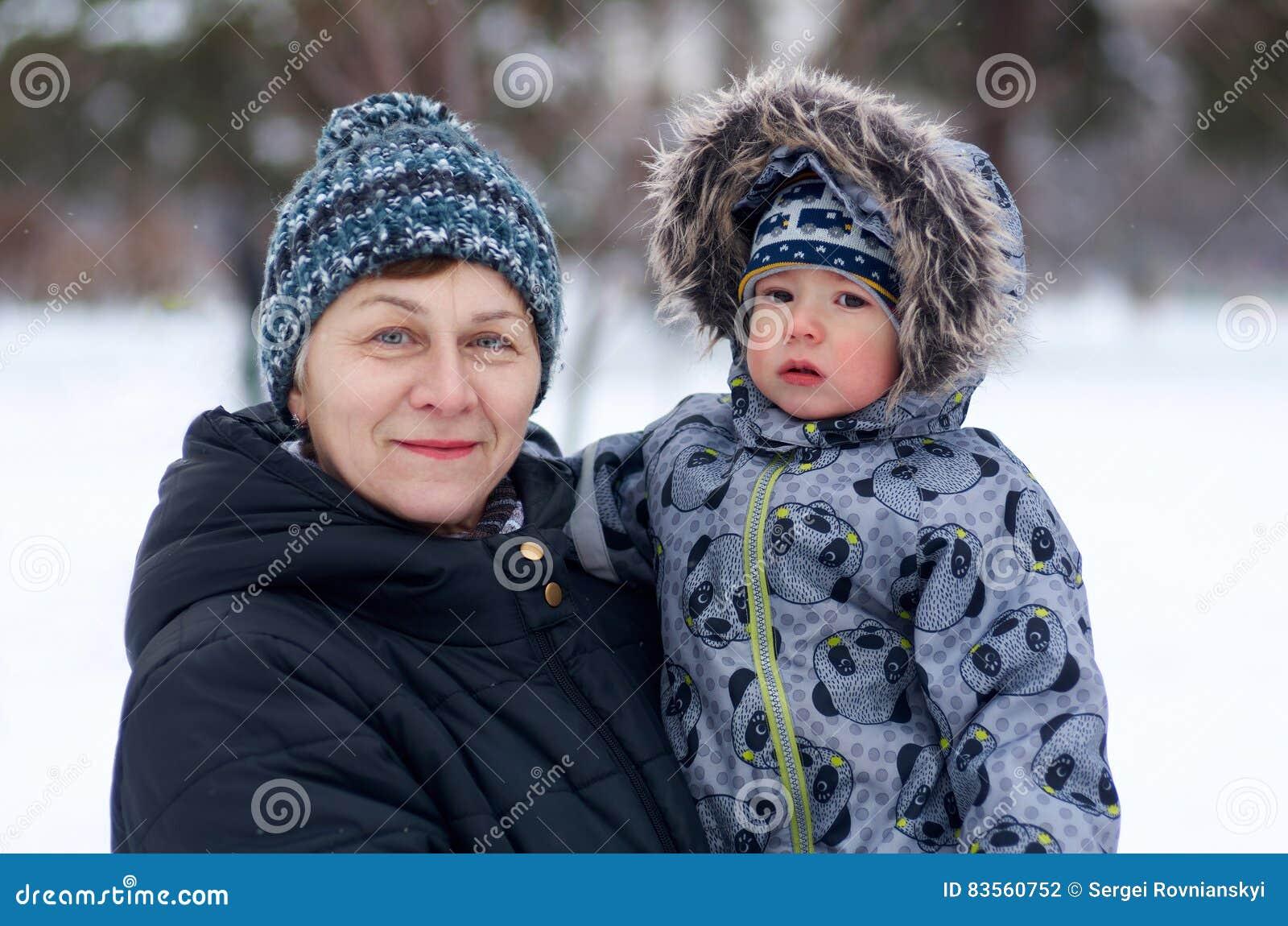有室外逗人喜爱的小的孙的嫩祖母