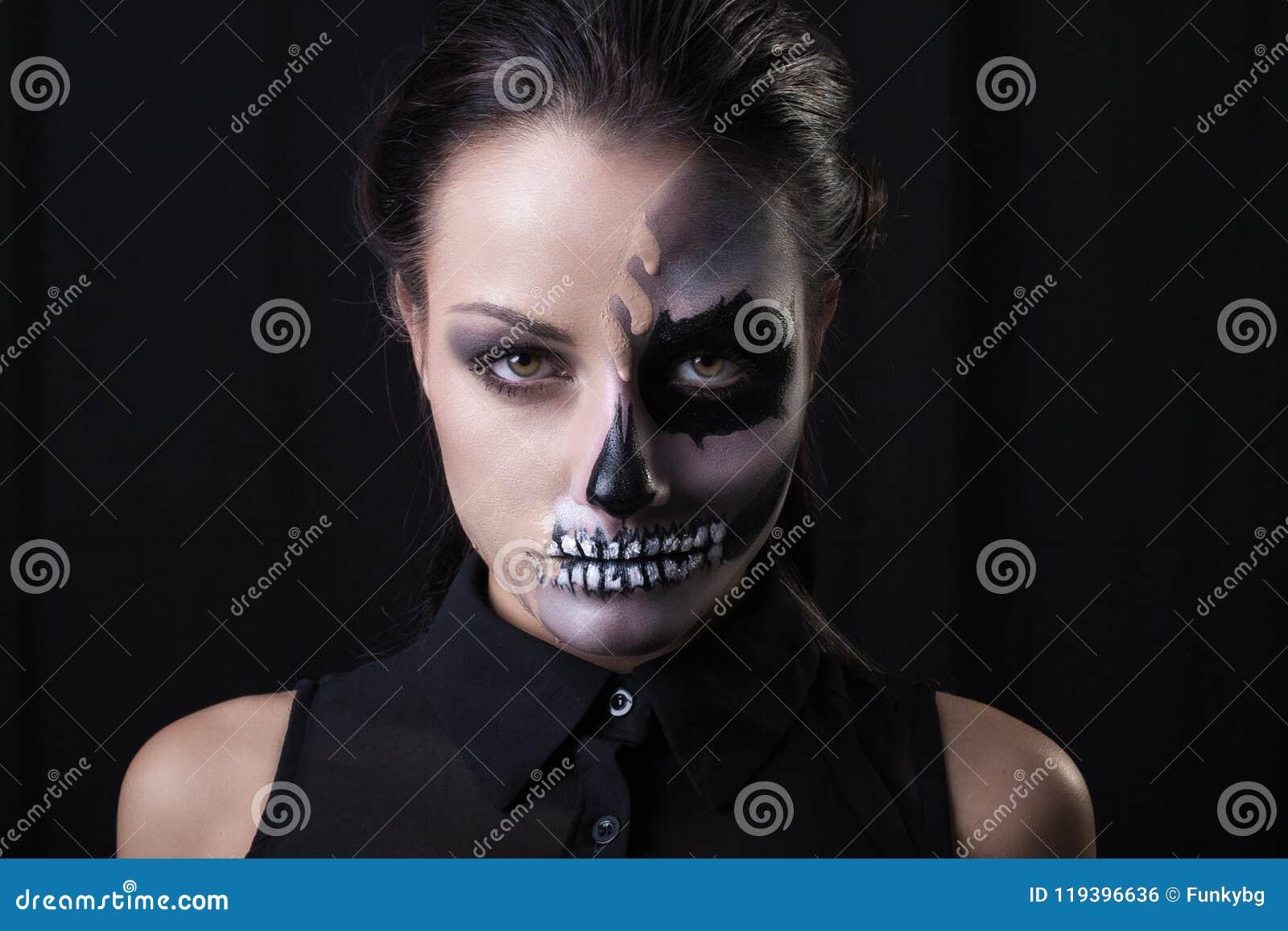 有害怕的少妇在黑背景做摆在
