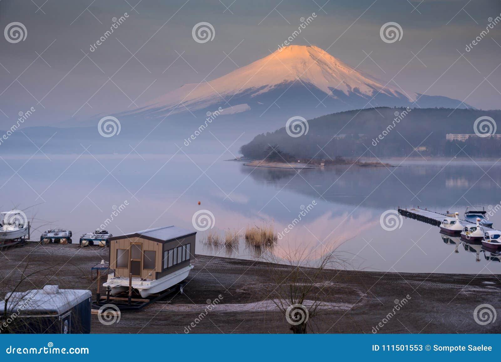 有富士的Mt Yamanaka湖 并且金黄早晨太阳