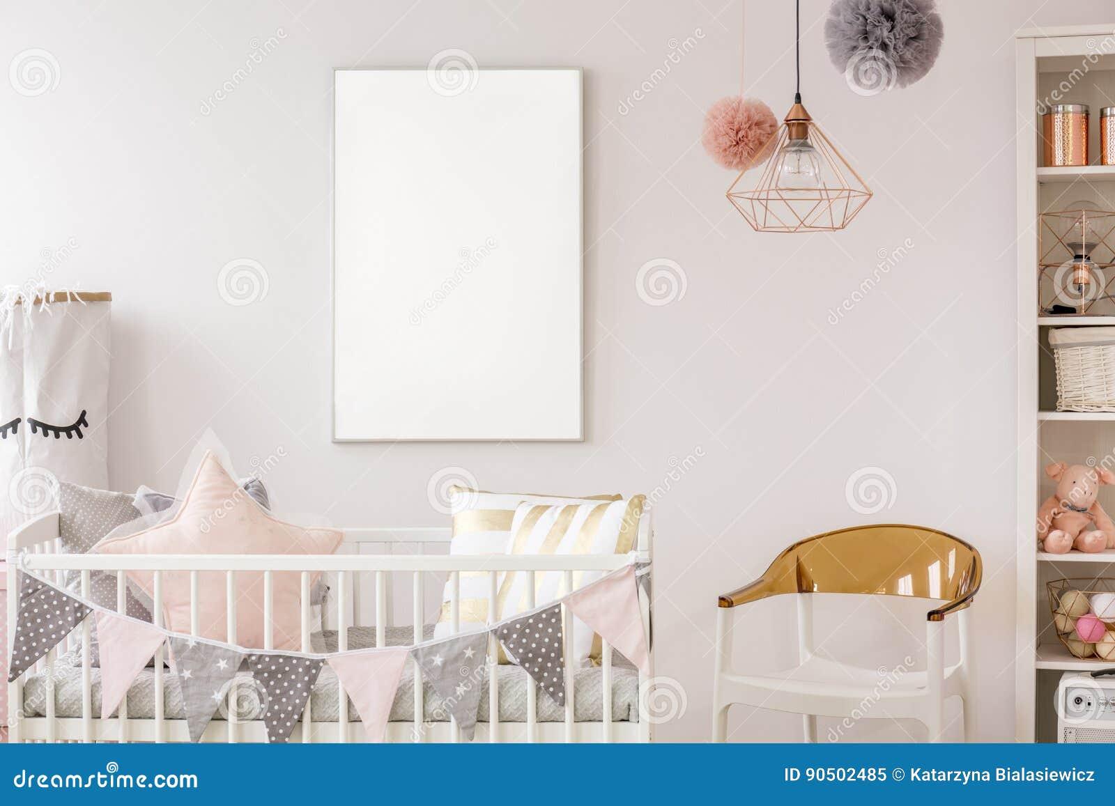 有小儿床的斯堪的纳维亚婴孩室