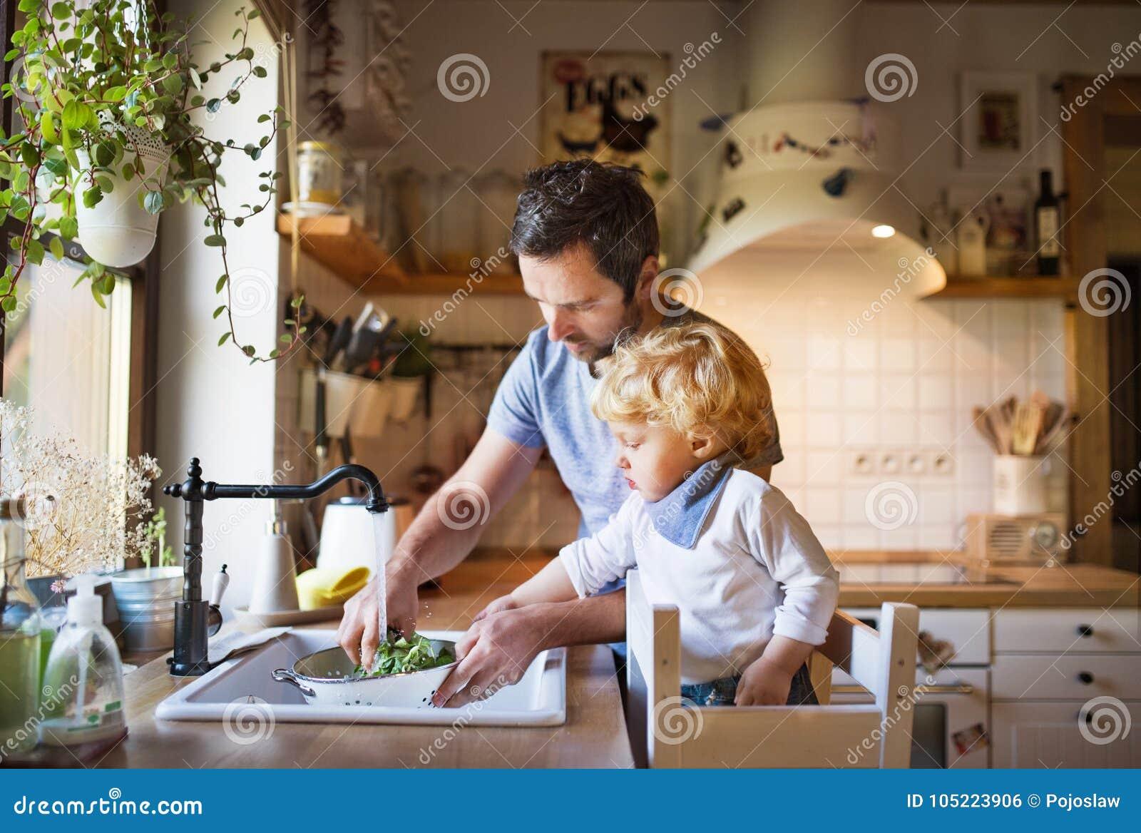 有小孩男孩烹调的年轻父亲