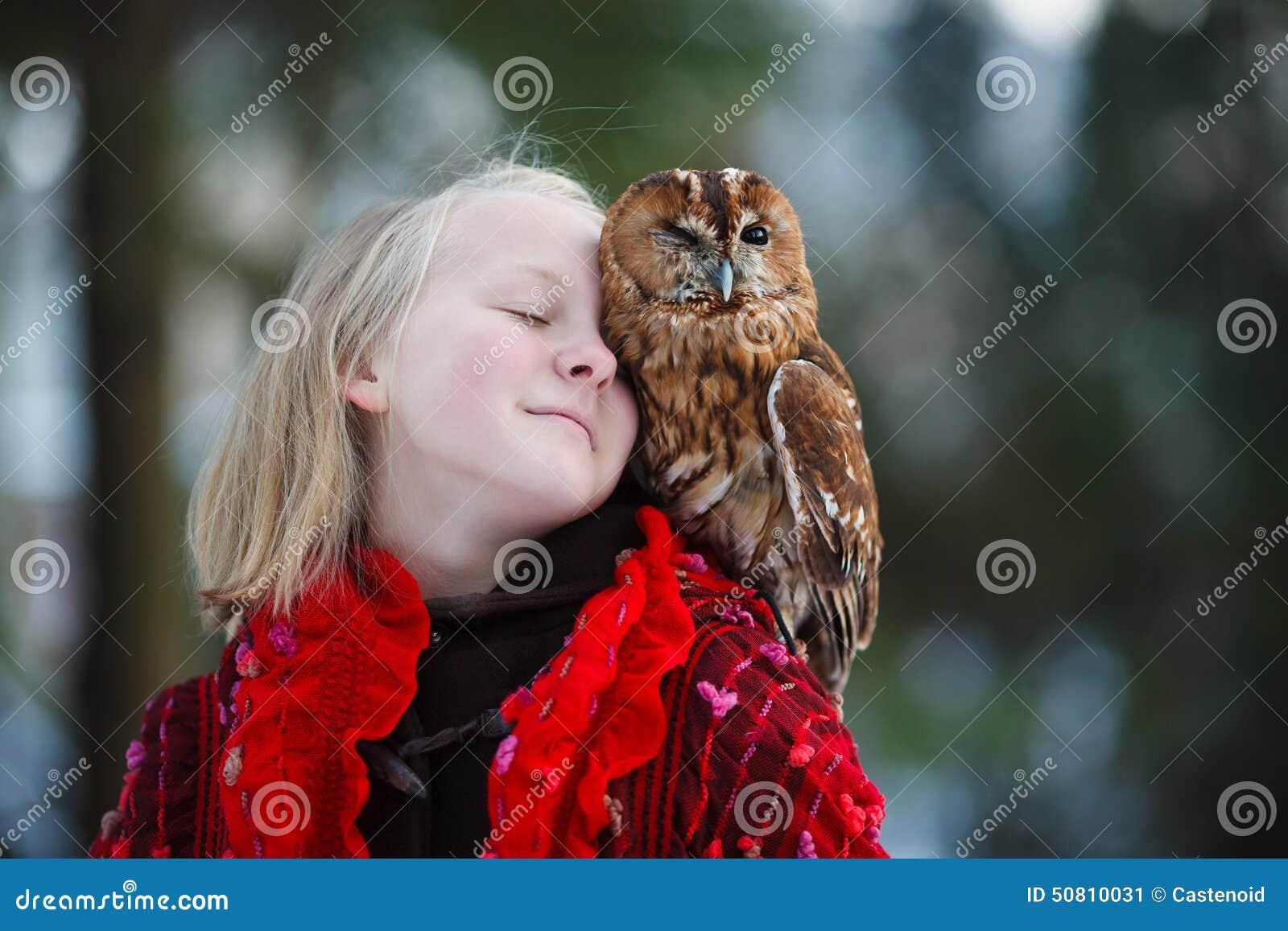 有小猫头鹰的逗人喜爱的女孩