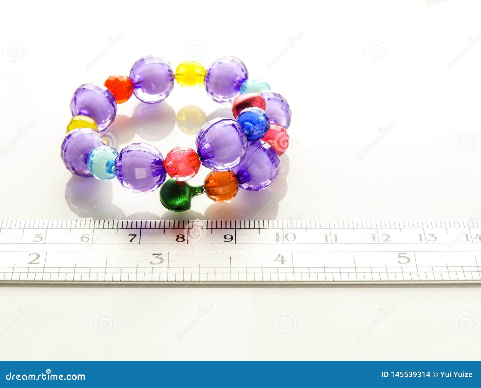有小珠的多彩多姿的镯子
