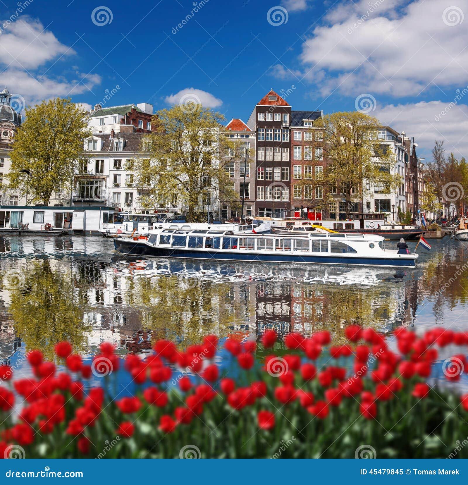 有小船的阿姆斯特丹在运河在荷兰