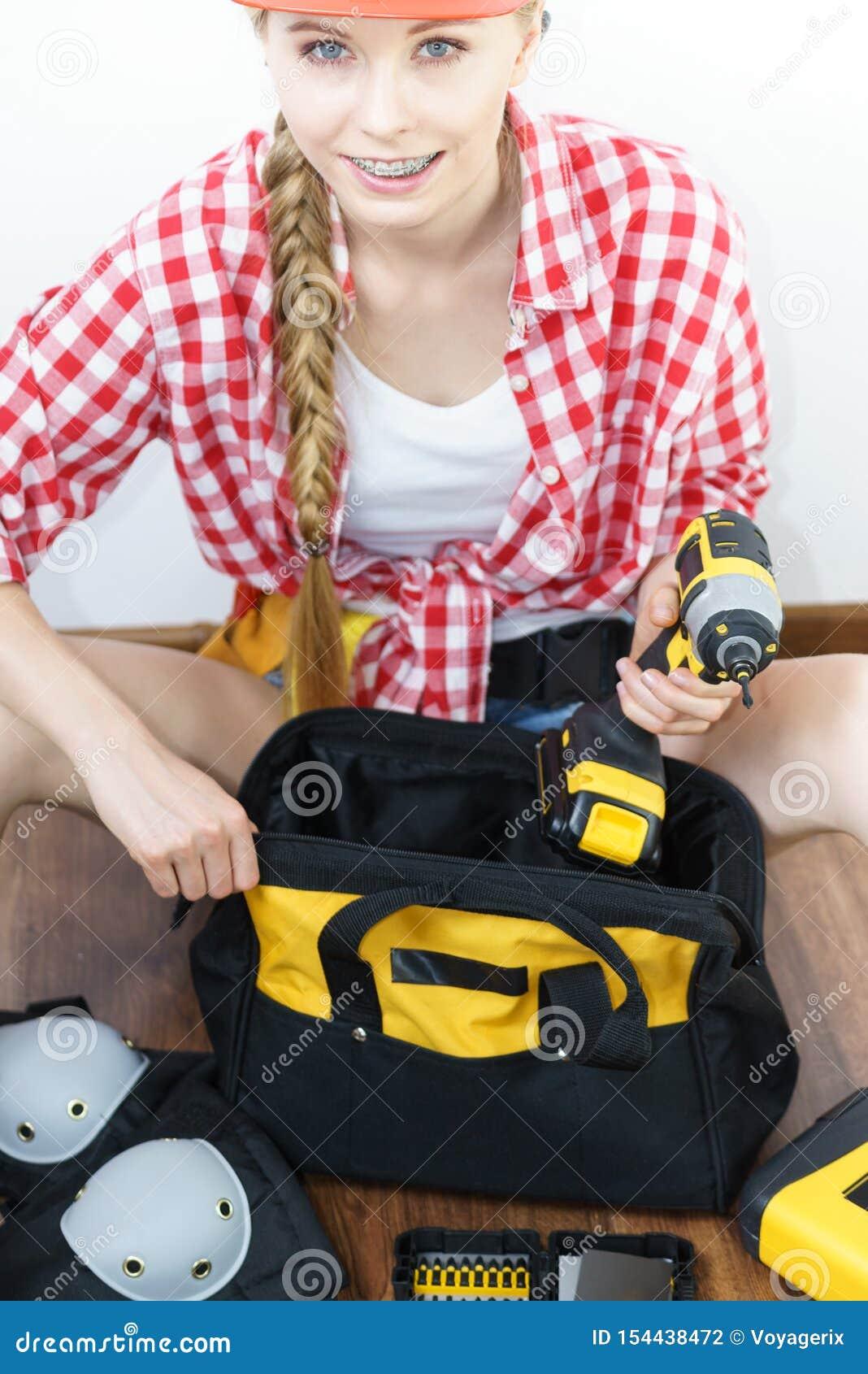 有工具袋的妇女建设性的工作者