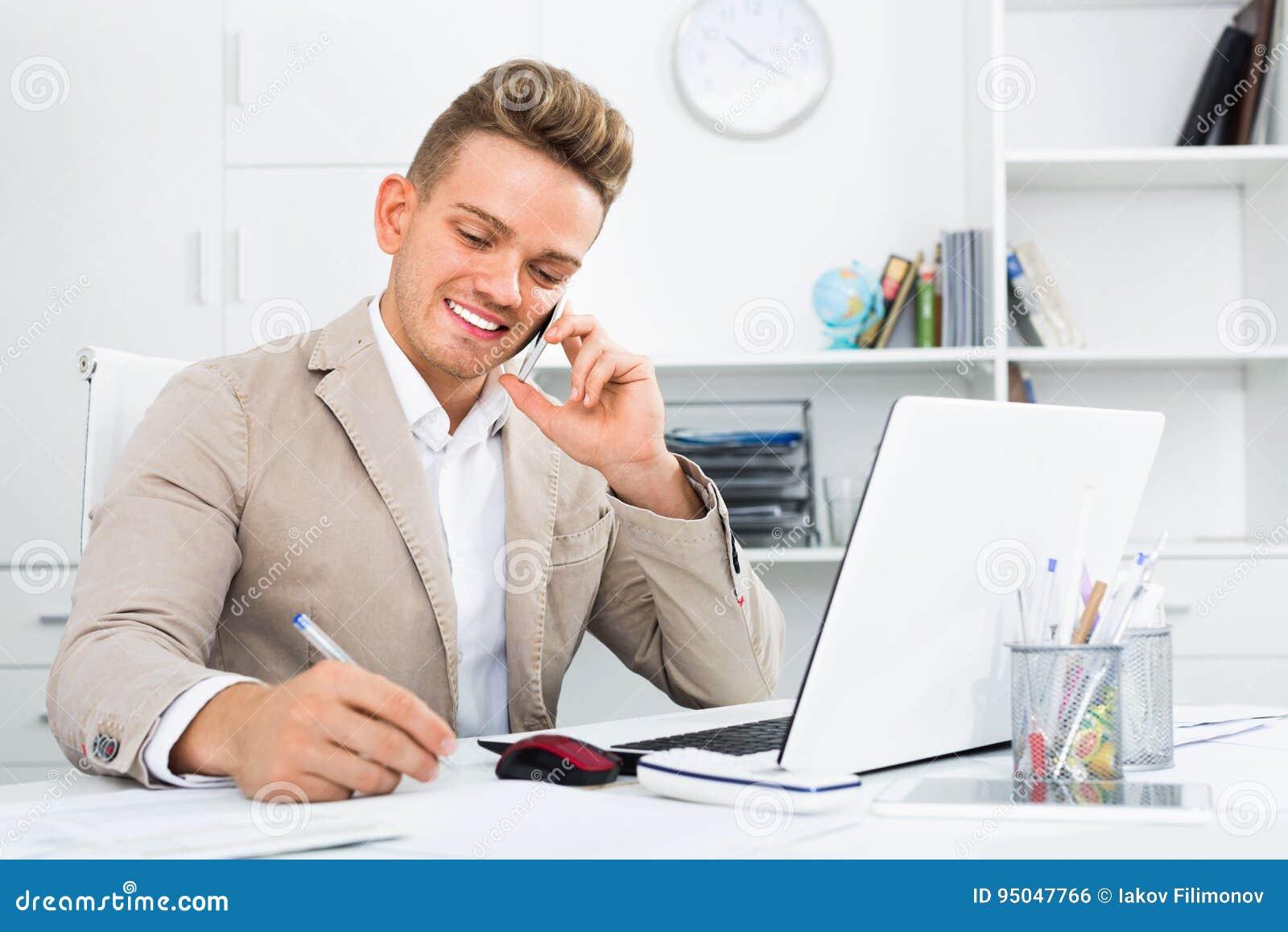 有巧妙的电话和膝上型计算机的商务伙伴