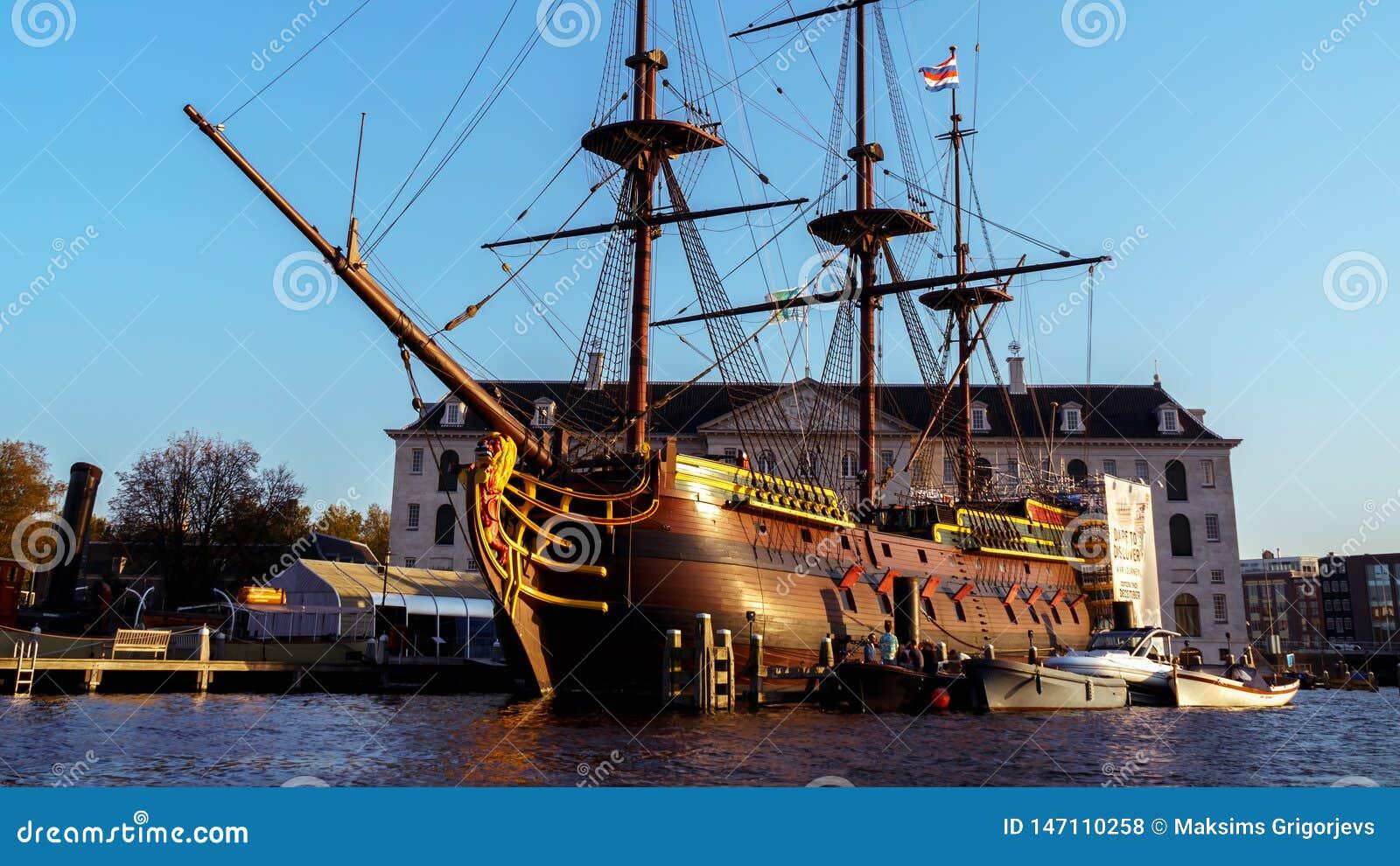 有帆柱的木船小船在阿姆斯特丹,2017年10月12日