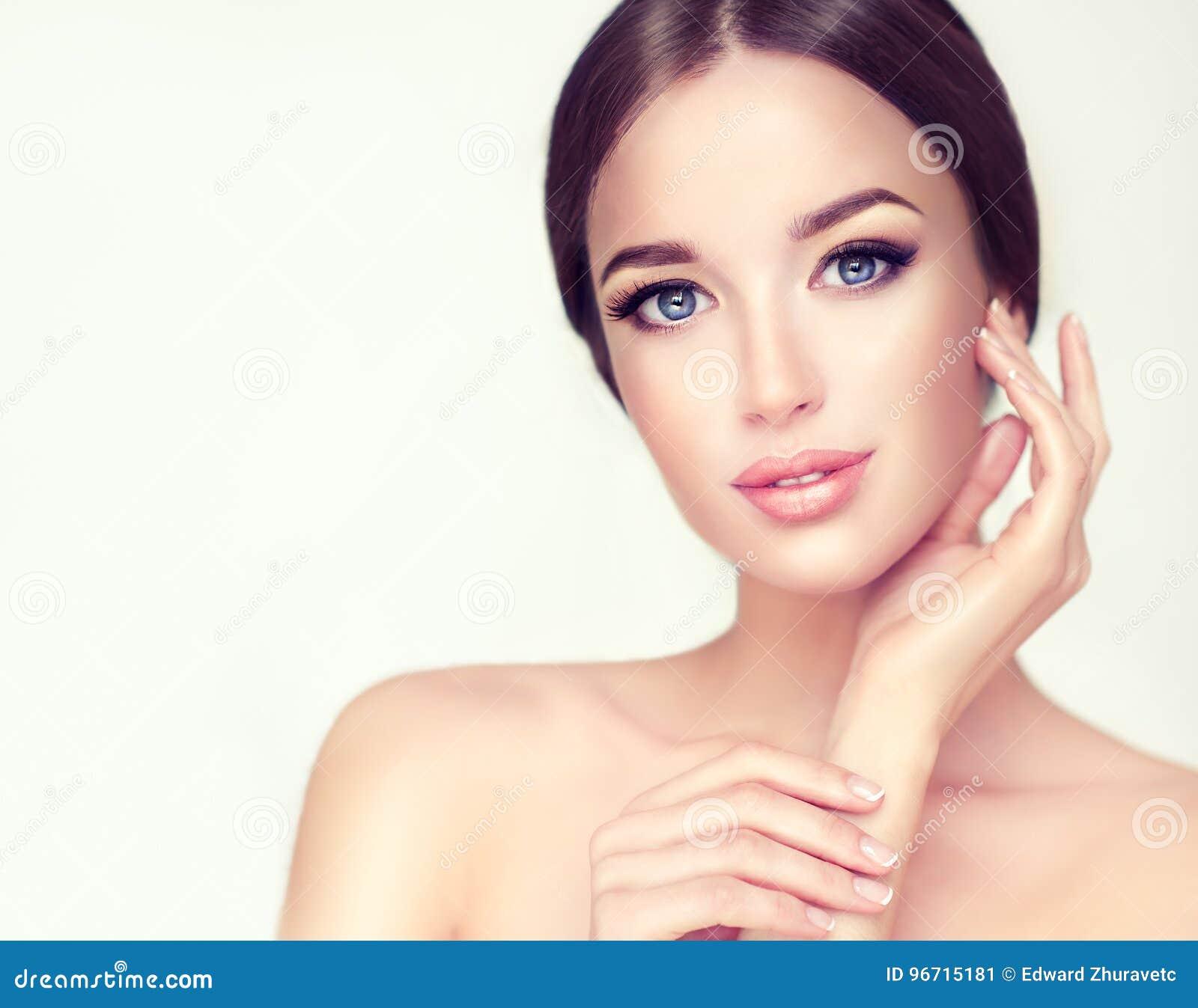 有干净的新鲜的皮肤的美丽的少妇 化妆用品和整容术
