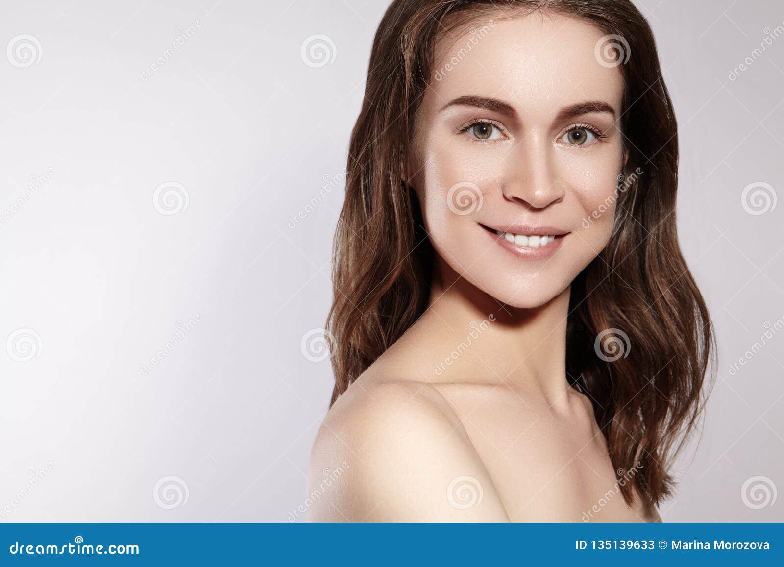 有干净的皮肤的,自然构成美丽的微笑的妇女 Joyfull和幸福 情感女性面孔 健康,健康