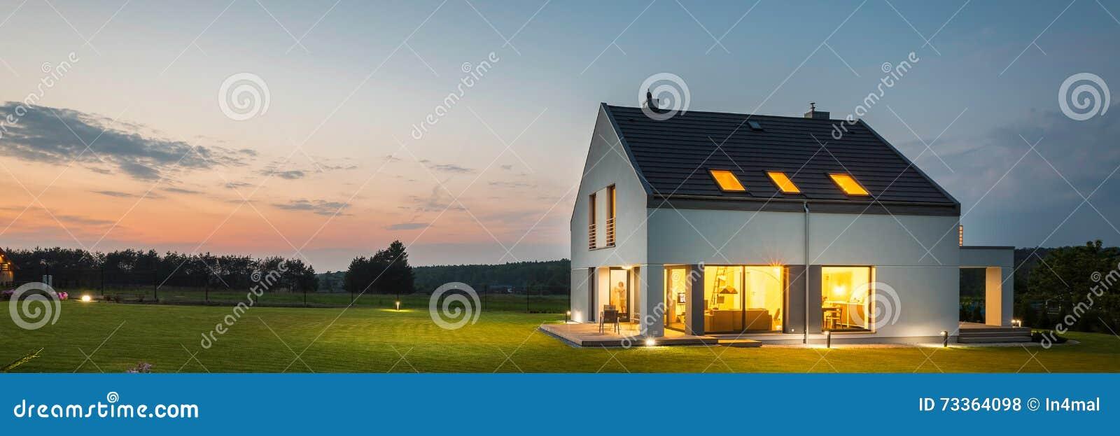 有庭院的现代房子在晚上