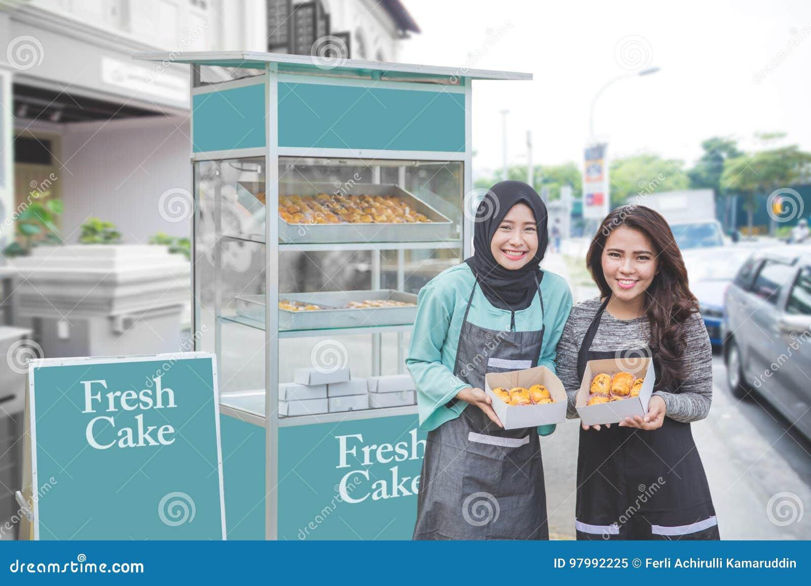 有开始食物摊位事务的伙伴的回教企业家