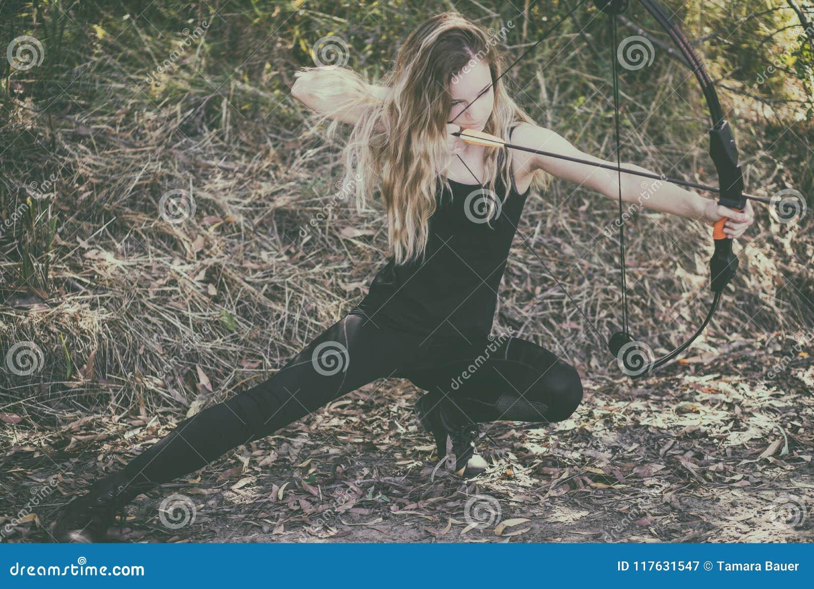 有弓箭的青少年的女孩