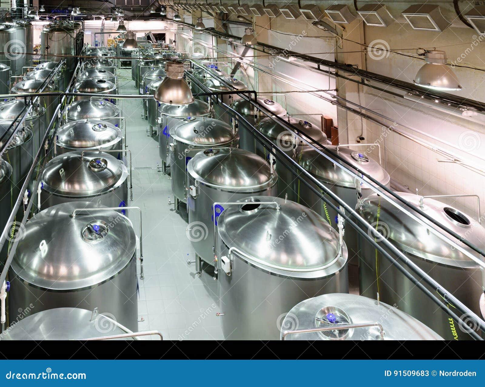有很多金属坦克的工业商店