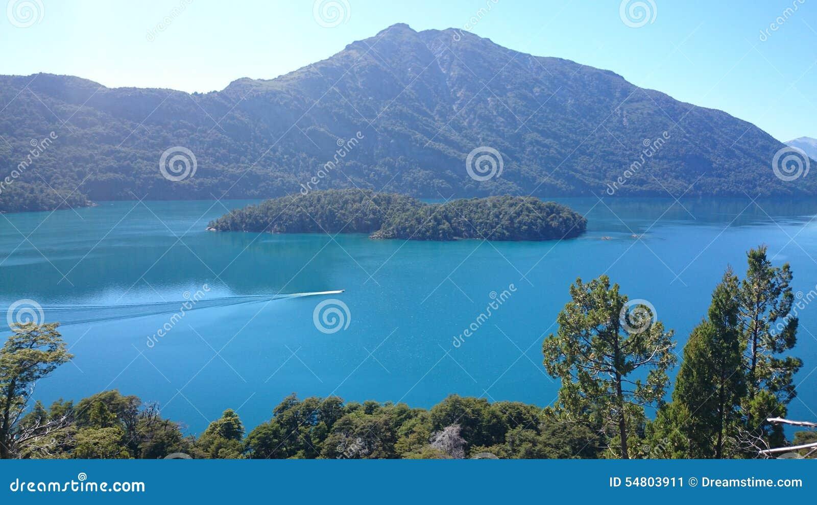 有心形的海岛的美丽的湖在巴里洛切,阿根廷附近