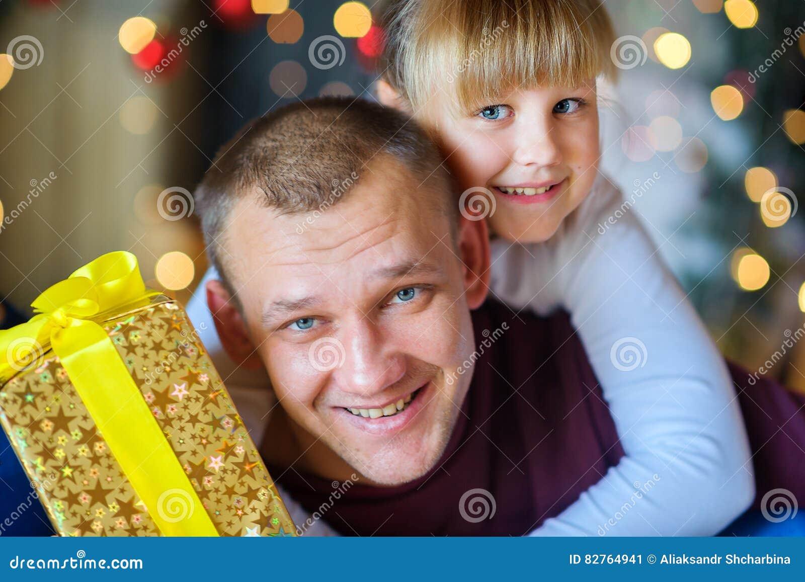 有心爱的矮小的女儿的父亲