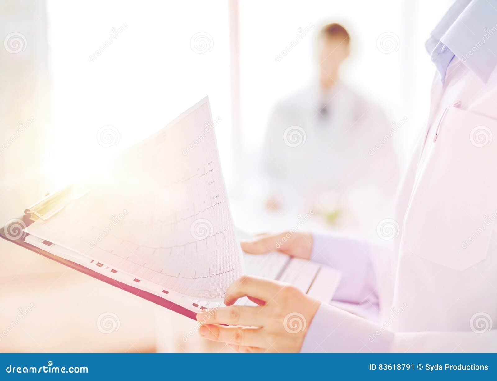 有心电图的女性举行的剪贴板