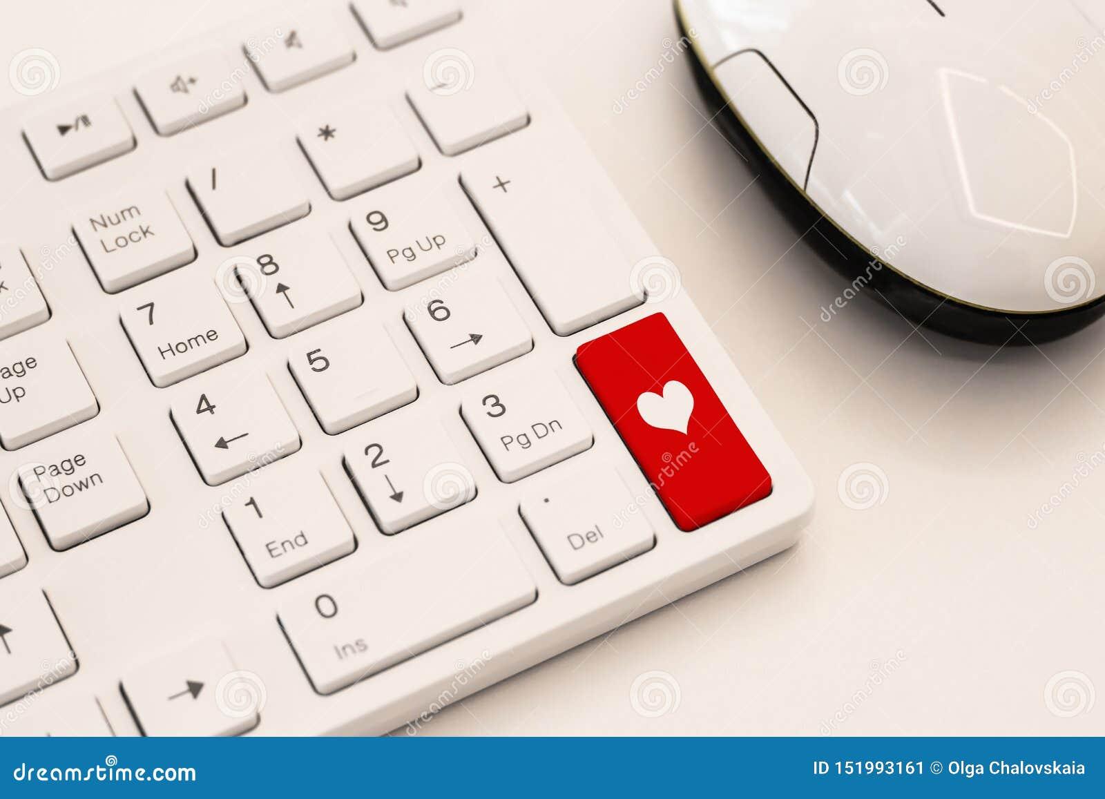 有心脏标志的白色键盘 互联网约会概念