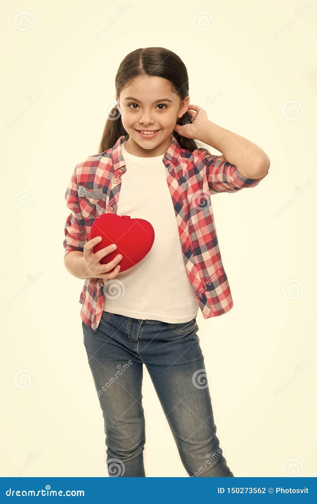 有心脏问题和心伤 拿着红心的女孩 表现出的小孩爱在情人节 r